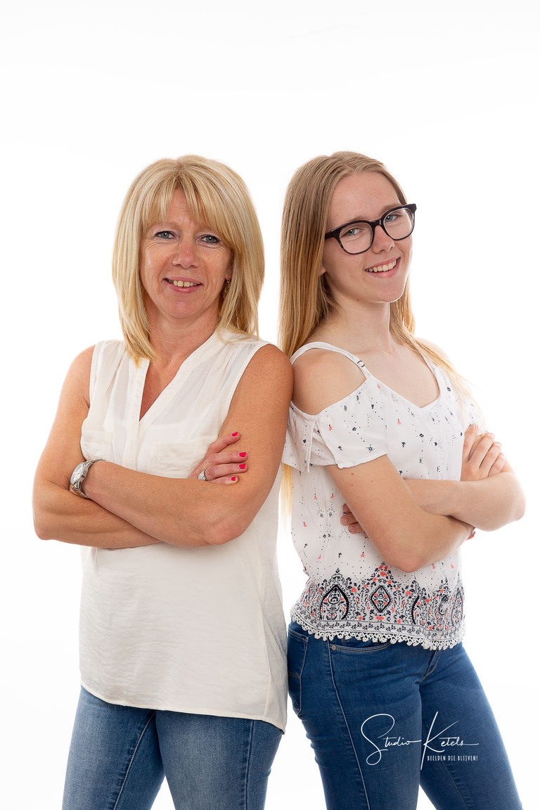 Moeder en dochter schouder aan schouder op een mooi studioportret. Fotograaf Studio Ketels