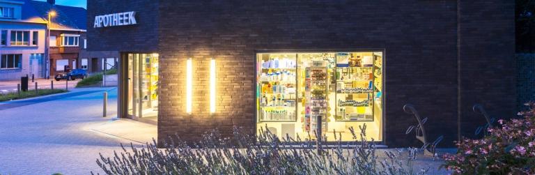 Portret buitenkant apotheek Jecofarma aan het rond punt in Brakel. Bedrijfs- en architectuurfotografie door Studio Ketels