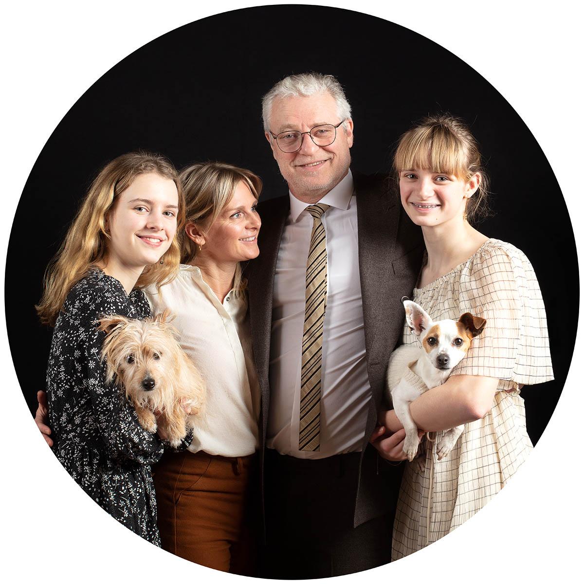 Familieportret in de fotostudio